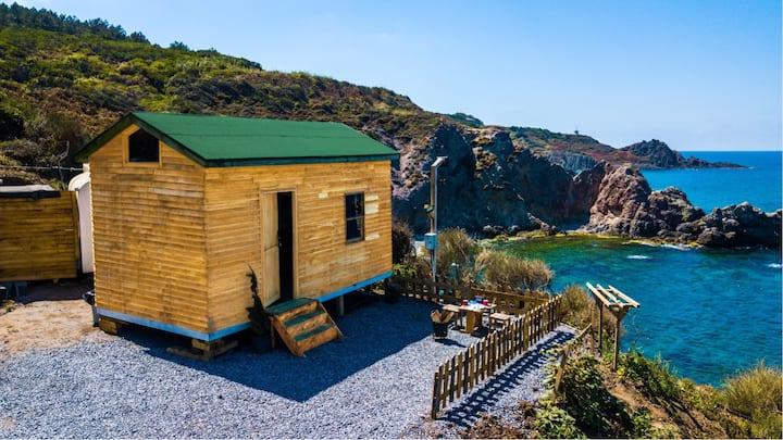 İstanbul 'da deniz ve orman arası ahşap Küçük ev.