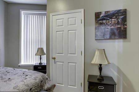 Bed + Private Bathroom in Condo - Washington - Condominium