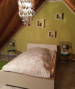 Gemütliches Gästezimmer unterm Dach - Trossingen - Byt