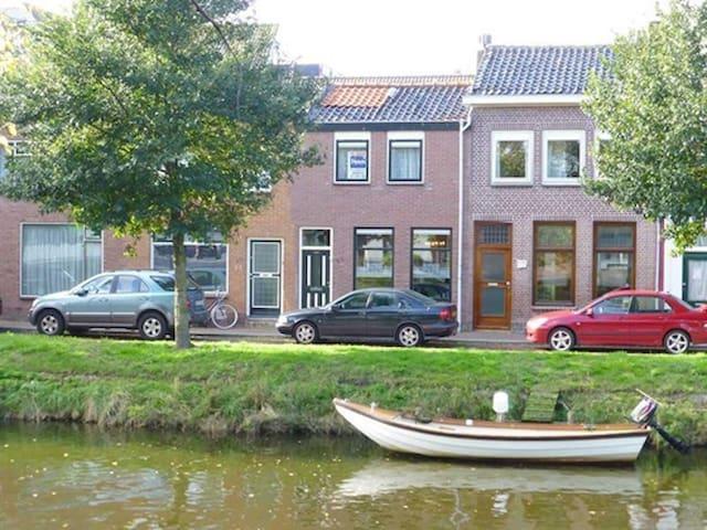 Grachtenwoning met uitzicht op Willemsoord - Den Helder - Adosado