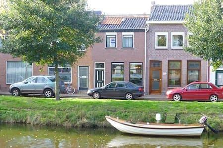 Grachtenwoning met uitzicht op Willemsoord - Den Helder