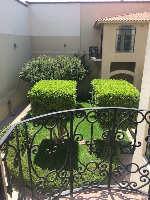 Vista del balcón de la sala al jardín.