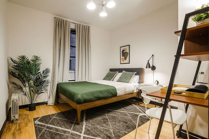 Spacious Queen Room in Hamilton Heights
