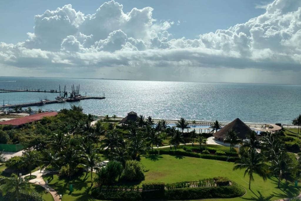 From the living room, watch tv, have lunch or just sit to relax, with this amazing view, the ocean colors change every minute