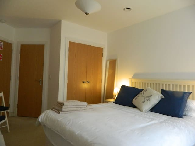 Large Ensuite Room, King Bed +Own Entrance+Parking - Southampton - Bed & Breakfast