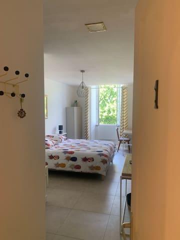 Chambre #1 - suite parentale, un lit double queen size. Matelas Tediber. Armoire, étagères pour ranger ses affaires.