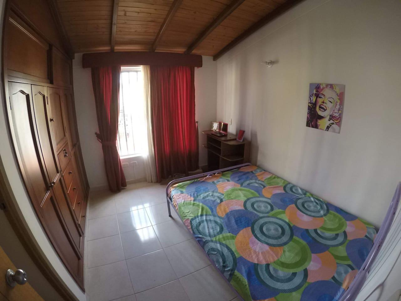Habitación: cama matrimonial, baño privado.