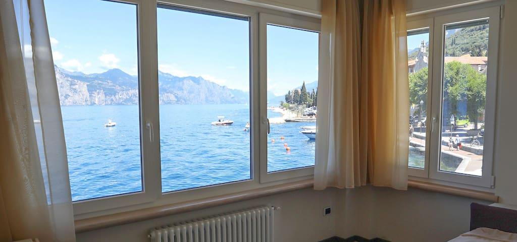 Zweites Schalfzimmer mit 2 Einzelbetten mit Schreibtisch und Blick auf den Norden des Sees