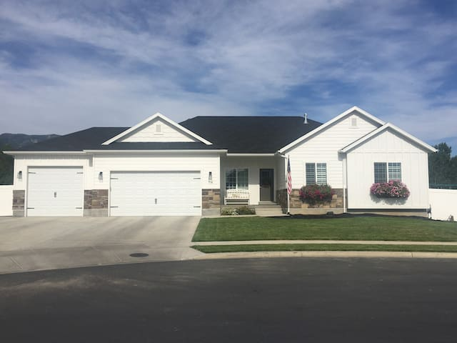 NEW - 6 bedroom immaculate home with swim spa.
