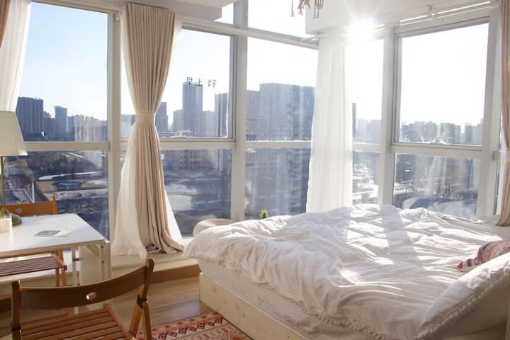 柒月民宿|【摩洛哥】东区和谐公园旁/全景落地窗观景房/ 厨房可用 / 高清投影