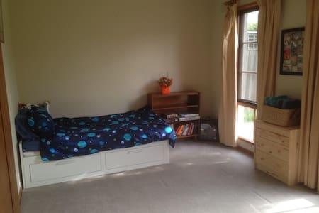 Clean, comfy bedroom in quiet family home - Balwyn