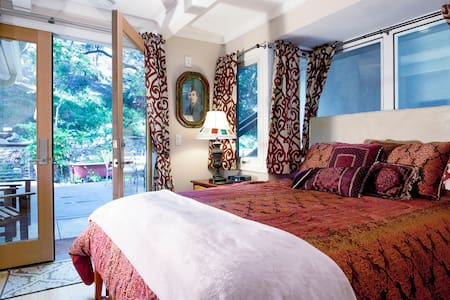Anam Cara 4: Room of Windows, Creek - Topanga - Bed & Breakfast