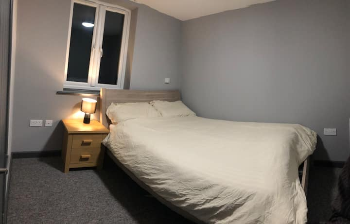 Private en-suite room in town, close to hospital