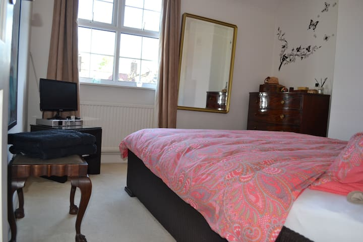 Bright large bedroom (Central Line 1 Minute)