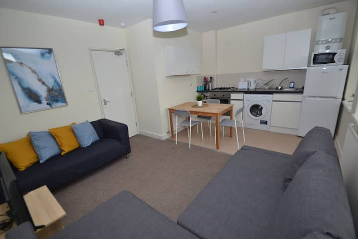 Convenient apartment nr shops, parks and takeaways