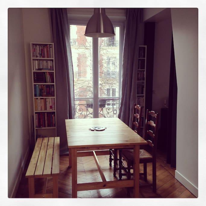 La salle à manger est ouverte sur la cuisine et le salon