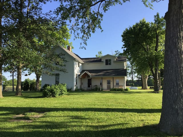 Historic Farmhouse on Working Farm - Okawville - Casa