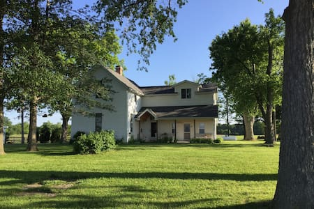 Historic Farmhouse on Working Farm - Okawville - Huis