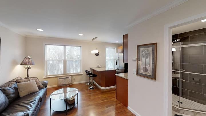 1 bedroom walk to Historic Downtown