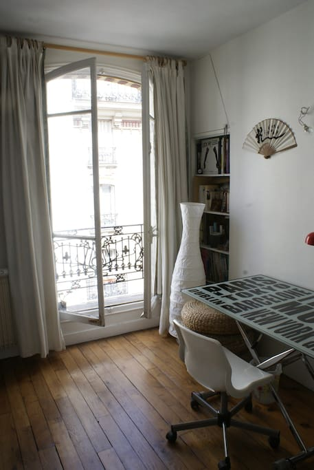 L'appartement est doté de grandes fenêtres dans toutes les pièces.