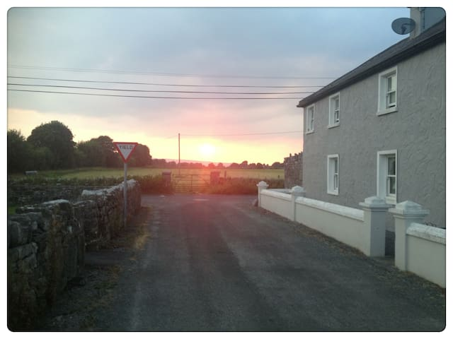 Double en-suite room, old farmhouse - Ballinrobe - House