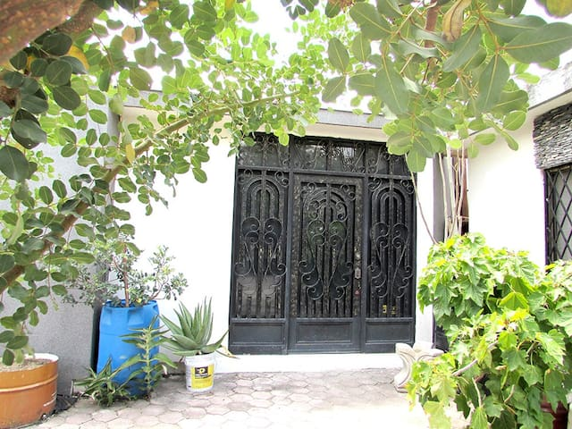 NICE & CENTRIC 2 BEDROOM HOUSE NEAR DOWN TOWN - Monterrey - Casa