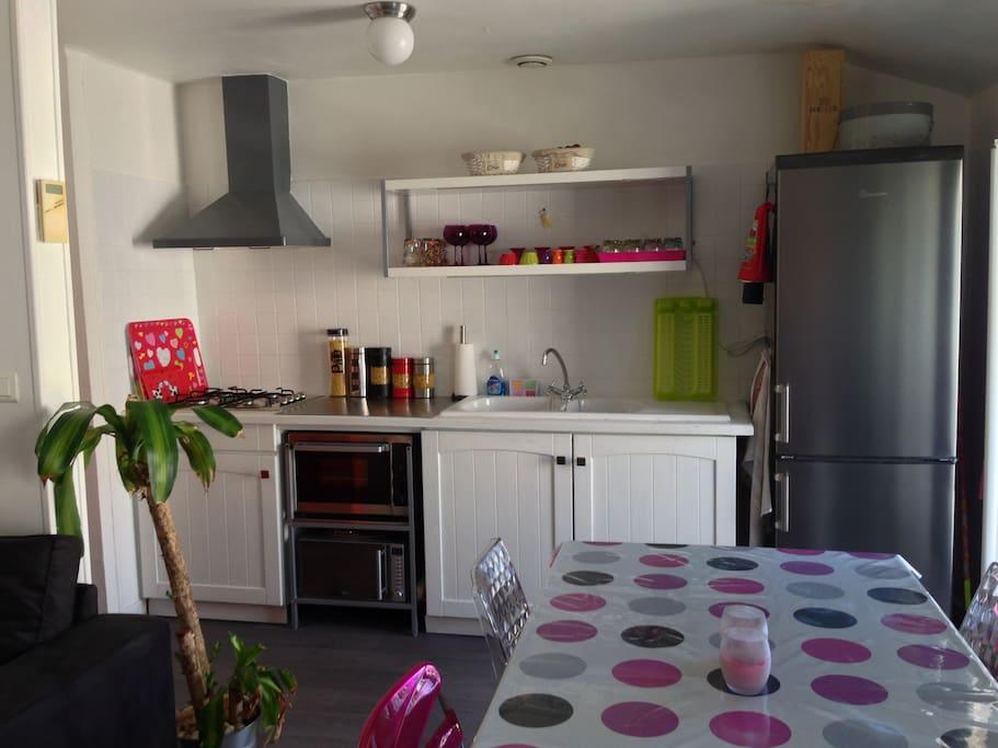 La vaisselle est à votre disposition, poêles, casseroles, passoire, assiettes, couverts, verres..