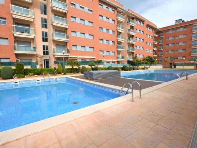 Apartamento con zona ajardinada y piscinas.