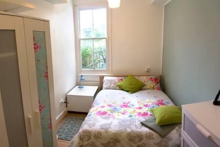 Cosy 2 Bed in Quiet Garden Flat