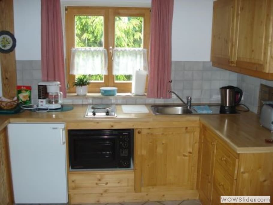 Küchenzeile mit Bachofen, Kühlschrank