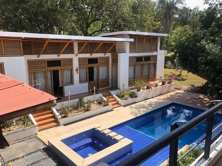Hermosa casa con piscina y jacuzzi privado