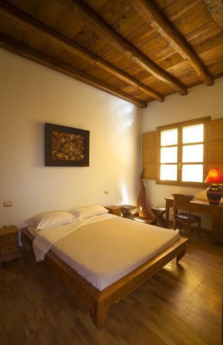 Curata e accogliente camera da letto matrimoniale. Alti soffitti in castagno e pavimenti in rovere.
