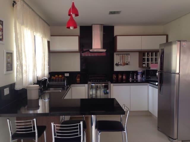 A cozinha da nossa casa, aberta para os hóspedes.