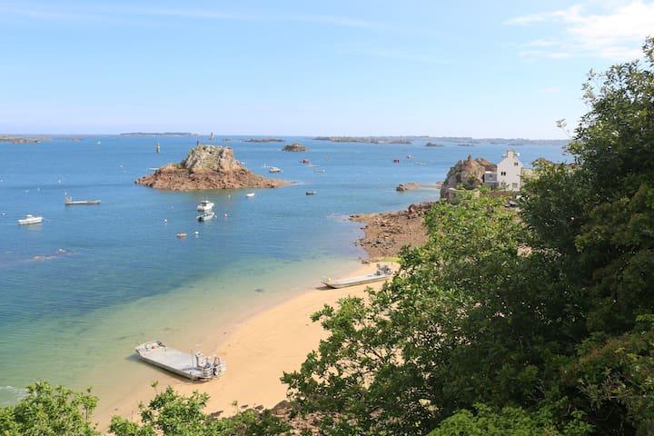 La même plage, l'archipel de Bréhat en arrière plan