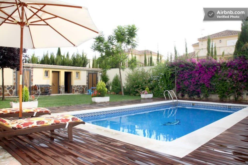 Habitacion privada piscina y wifi chalets en alquiler for Piscinas jardin cordoba