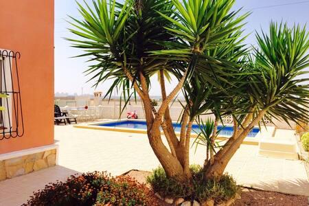 Magnifico chalet 800m,con piscina,hermosas vistas - TORREVIEJA