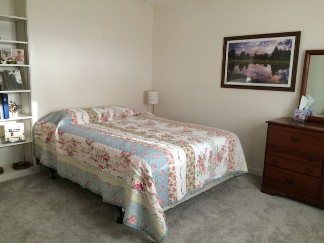 Rm in quiet home - 2.5 mi. to Bches - Fort Walton Beach - Huis