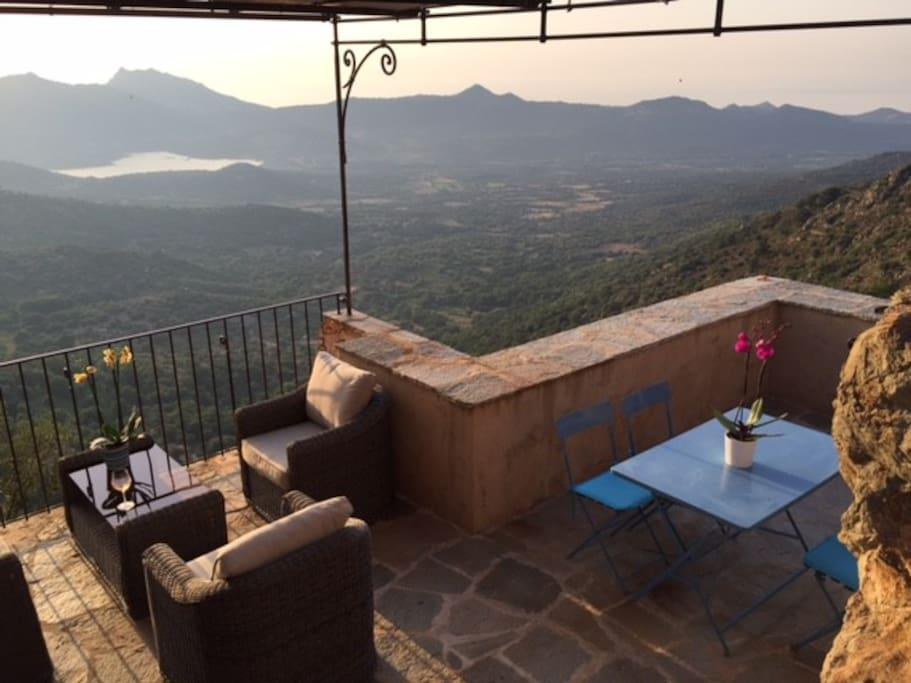 Terrasse à flanc de falaise, sur le toit de la corse, vue mer, montagne et campagne corse exceptionnelle.