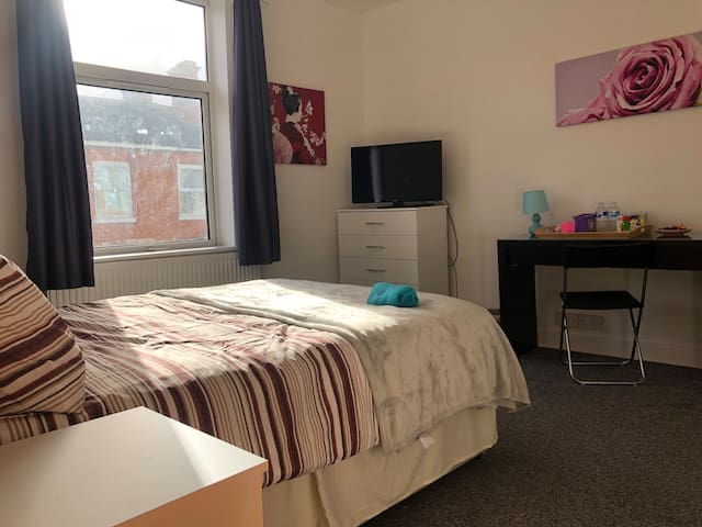 Large double room with desk in Wolverton, MK12