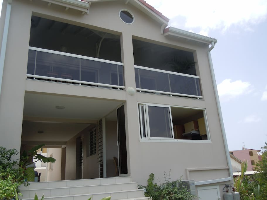 L'appartement se situe au rez de chaussée, les propriétaires vivant à l'étage