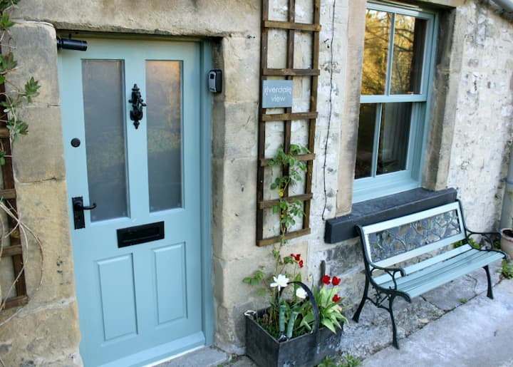 Stylish 2 bed cottage - birds, bees, river & trees