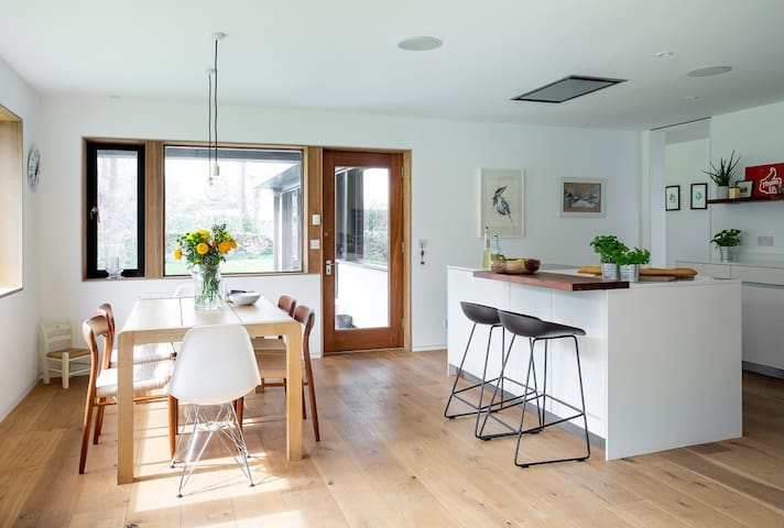 Private suite in midcentury house - Longniddry - House