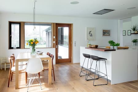 Private suite in midcentury house - Longniddry