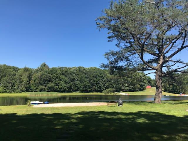 Jones Pond Pocono Getaway- Waterfront, 3BR house