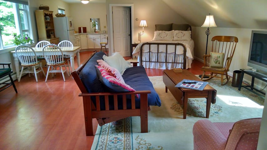 Hilltop studio apartment, 100 acres, near village - Chatham - Apartment