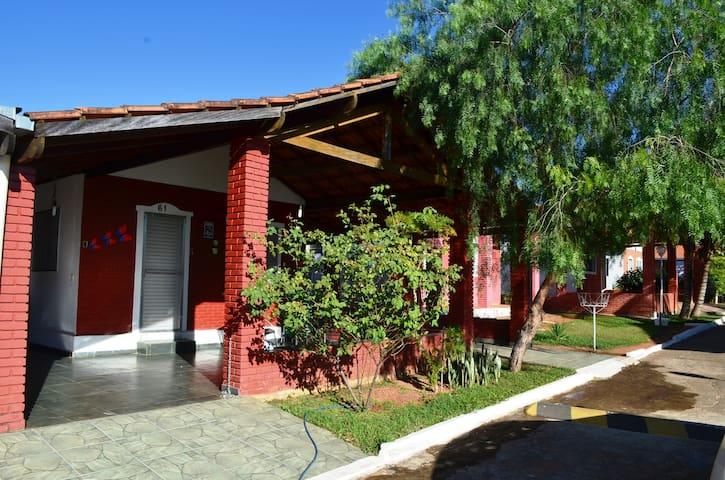 Excelente casa num condomínio - Caldas Novas - Huis