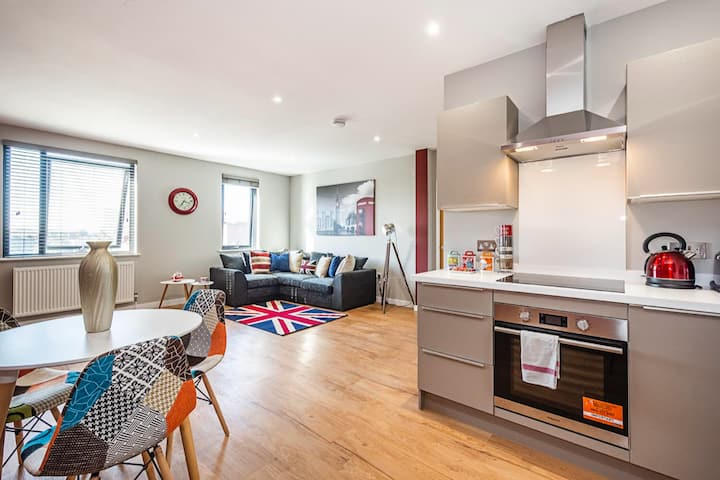 Spacious and Immaculate London-themed home with balcony for you!