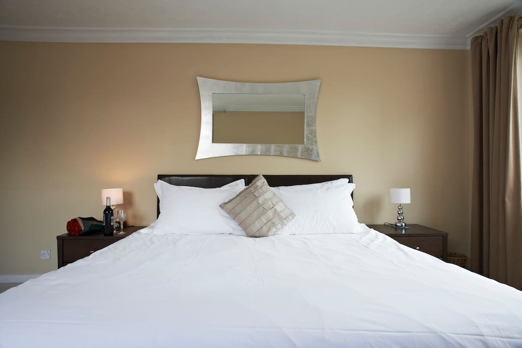 Master bedroom - 6' Super King-size double bed and Jonelle duvet
