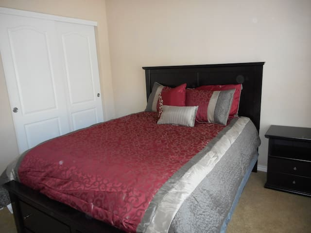 Homey bedroom in Greeley with private bathroom - Greeley
