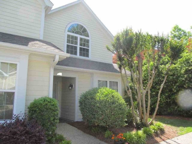 Beautiful Townhome - Seconds to the Beach